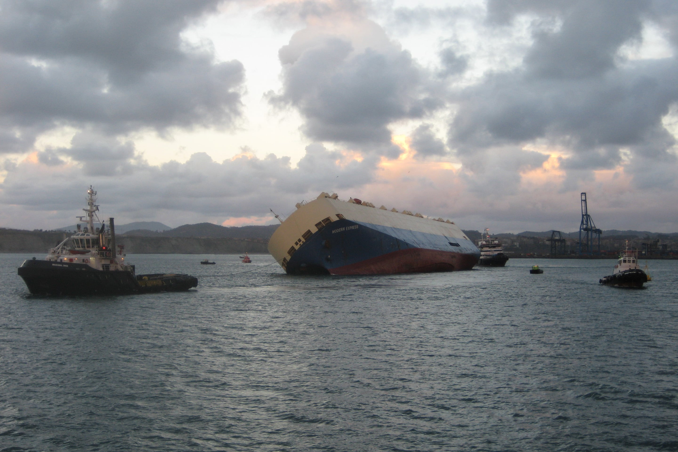 Four tugs take the Modern Express into the Port of Bilbao