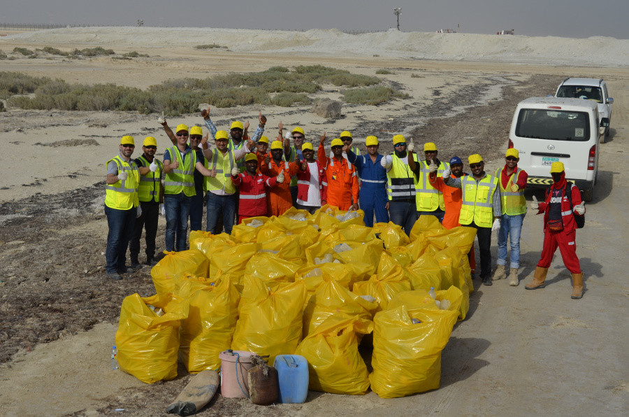 During the execution of a project in Abu Dhabi the Boskalis project team organized a number of beach cleanups together with the client and the subcontractor