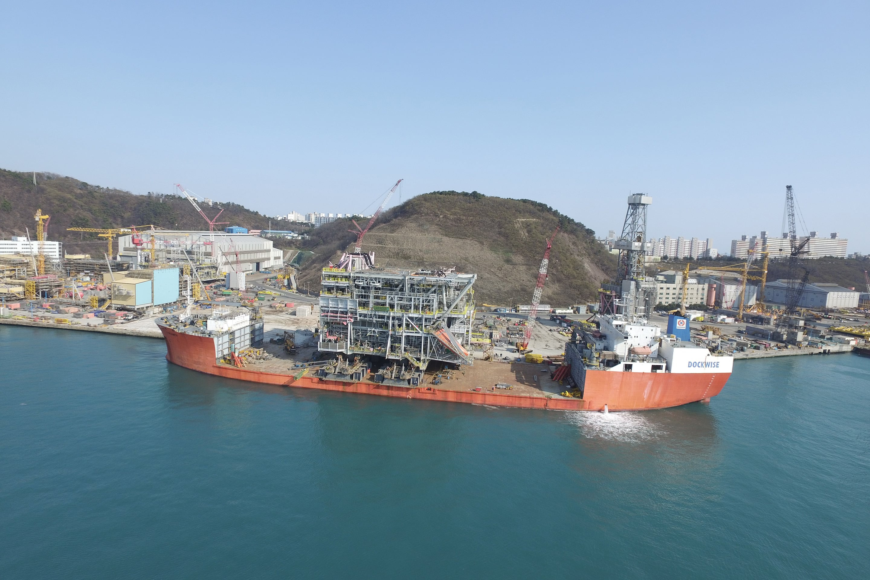 Load-out of drilling production module by skidding on board Triumph