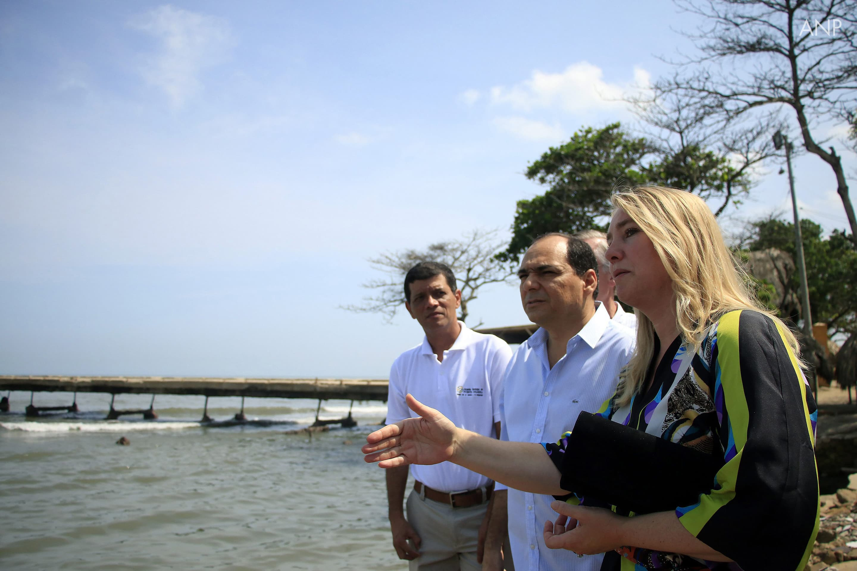 Early September, Minister Schultz van Haegen visited Colombia. Together with regional and local officials she inspected and discussed the erosion in Puerto Colombia, which is located on the Caribean coast of the country