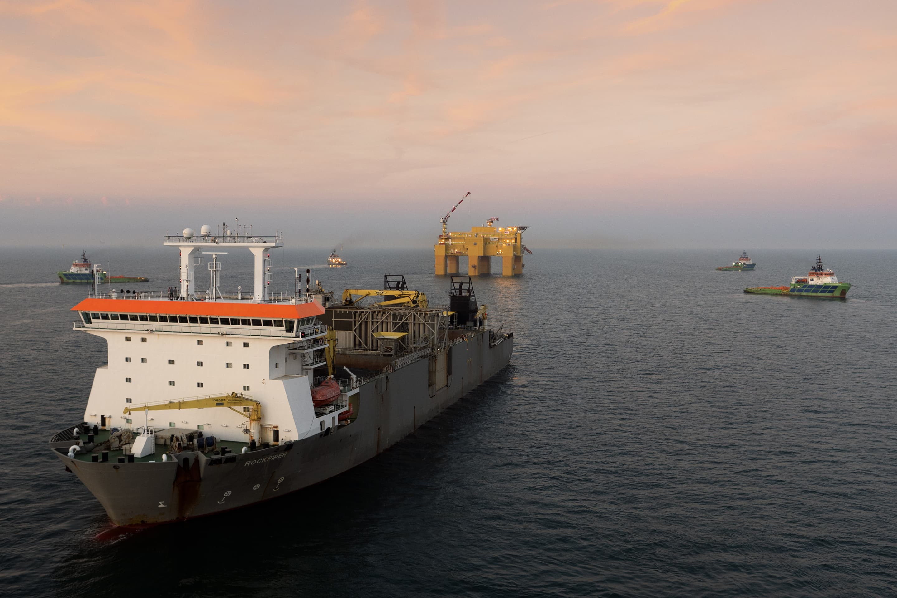 Fallpipe vessel Rockpiper ballasted the platform by filling the legs with 52,000 tons of rock