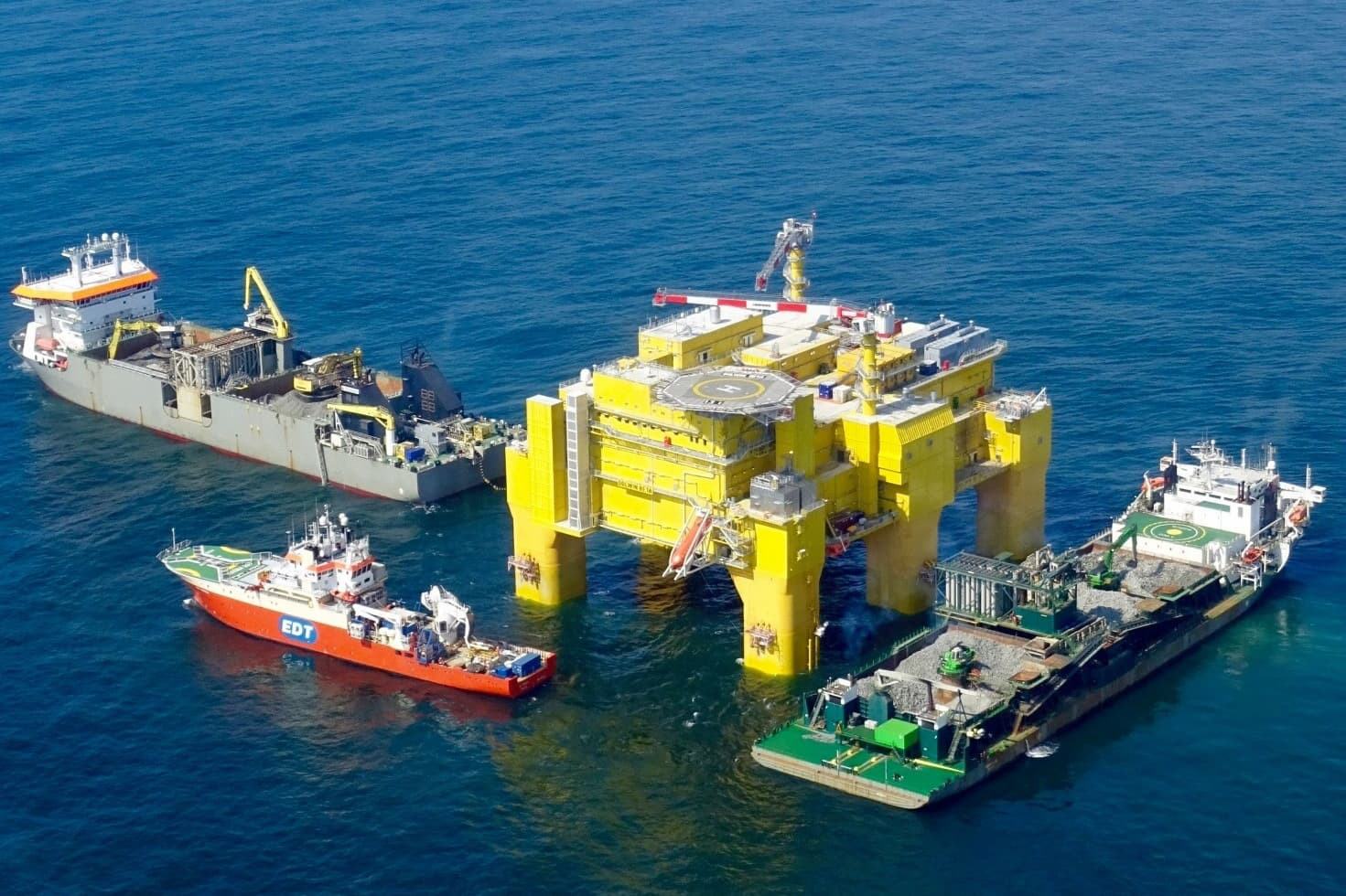 Fallpipe vessels Rockpiper, Seahorse and diving support vessel Protea working simultaneously
