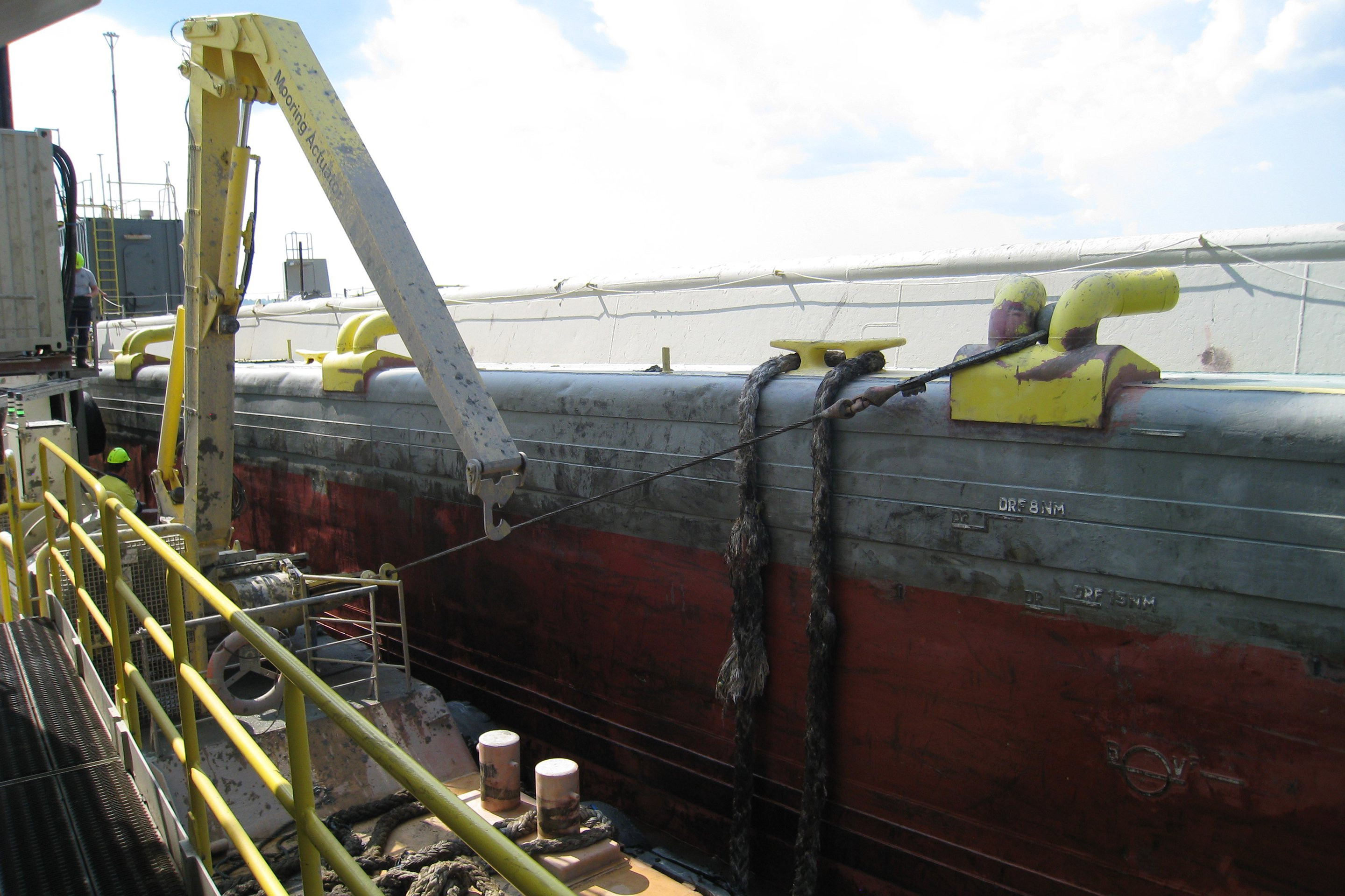 Specially developed constant tension (CT) winches roll up the line and pull the barge to the backhoe